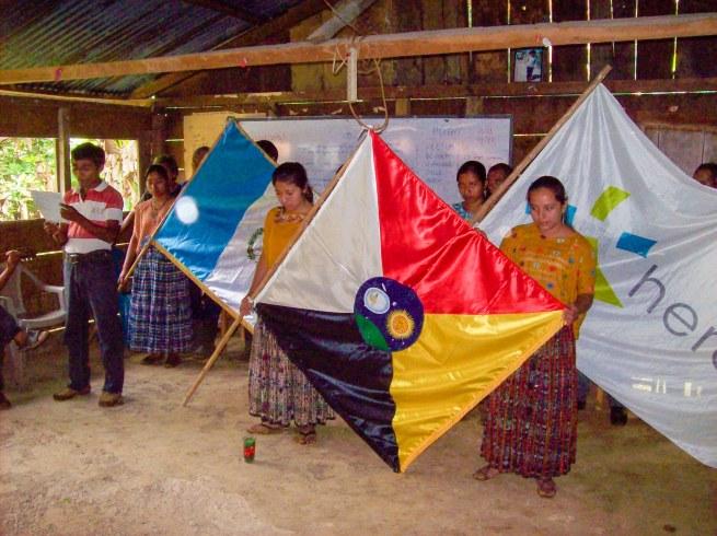 De drie vlaggen: Guatemala, Herent en Nimlasachal.