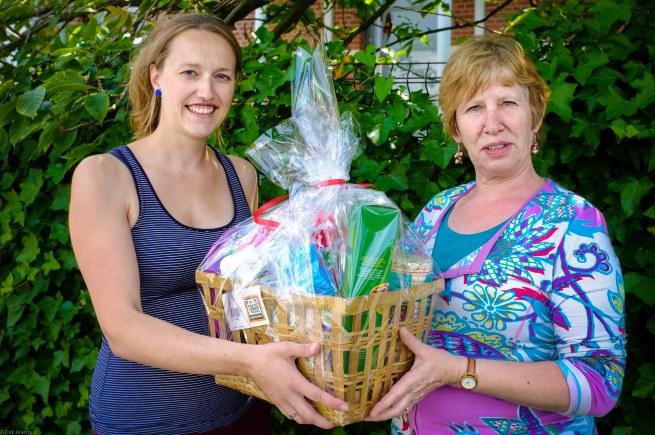 Ann Van de Vijver won een mand Oxfam producten