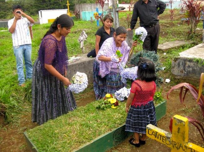 Aan het graf van Manuel Paau - bezieler van de stedenband in Guatemala - met o.a. zijn weduwe, twee dochters en een kleinkind